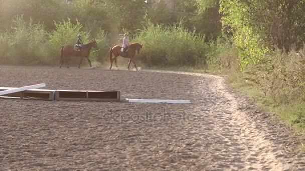 Dvě děti byly jízda na koni ve stáji