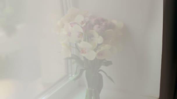 Svatební kytice orchidejí na detail okna
