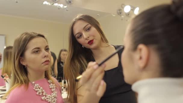 Učitel pomáhá dívka dělat člověka v salonu krásy.