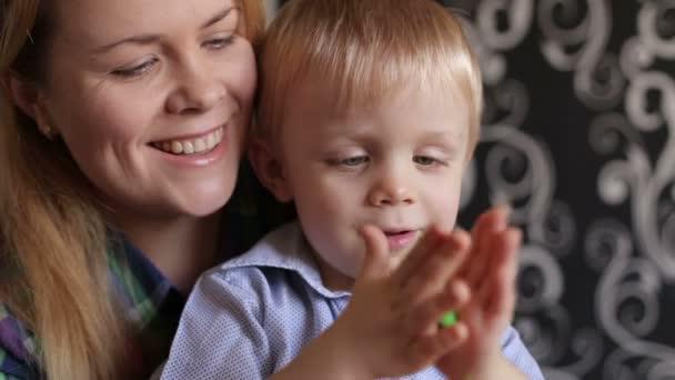 Máma a její malý syn jsou lisované z plastelíny