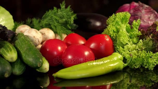 Lány teszi a paradicsom egy halom különböző zöldségek