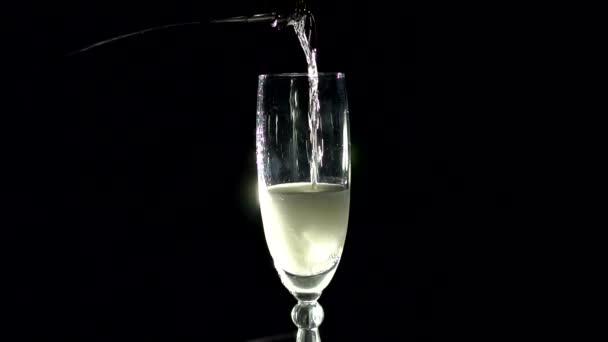 Šampaňské, nalévání skla z láhve v tmě