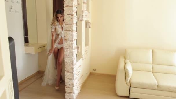 Sexy Mädchen in Unterwäsche geht entlang Wohnung