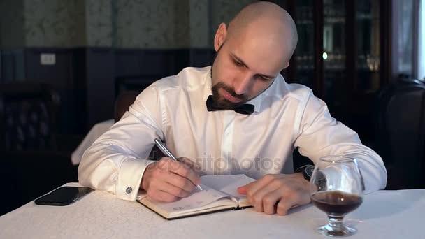 Írás a kávézóban ült notebook üzletember