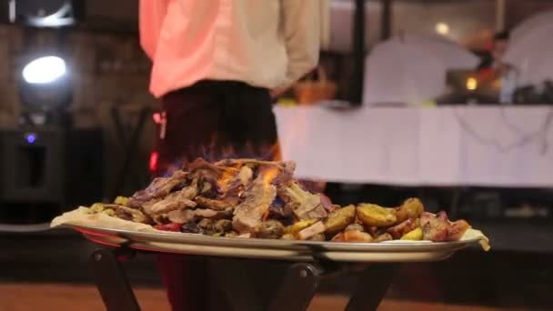 Šťavnaté smažené maso se zeleninou v restauraci
