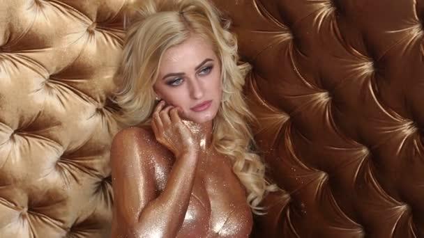 Sexy nahá blondýnka s zlaté lesklé kůže.