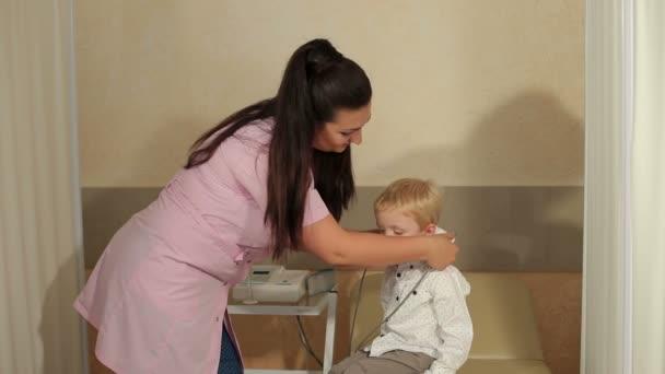 A felmelegedés a kórház fül a kisfiú.
