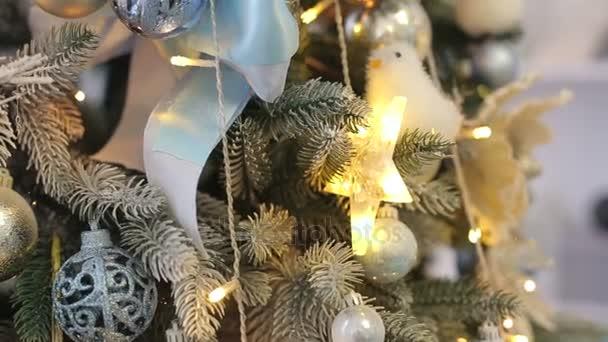 Vánoční strom zdobí koule a girlandy