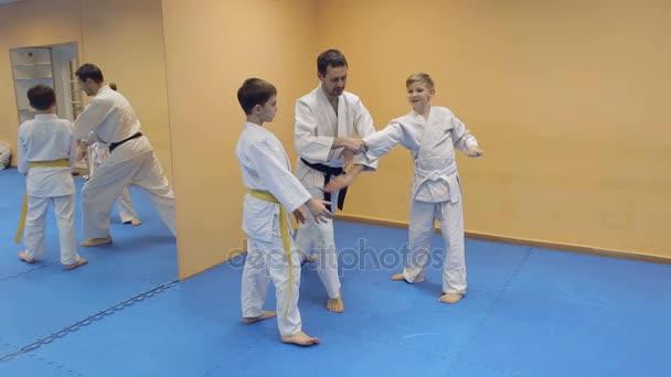 Aikido-edző együttműködik a gyermekek sportcsarnok.