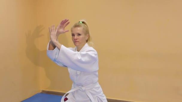 Nő a sportcsarnokban Aikido gyakorlás.