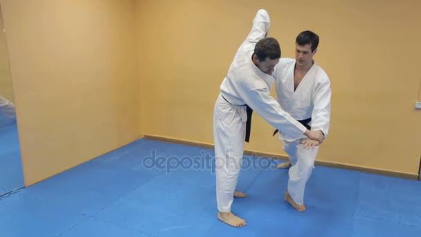 Között edzőterem két aikido harcosok elleni küzdelem.