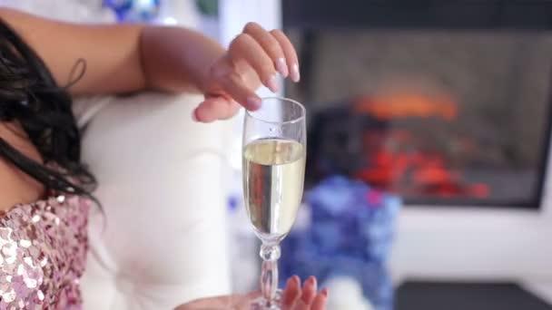 Pohár pezsgő a lányok kezében részlete