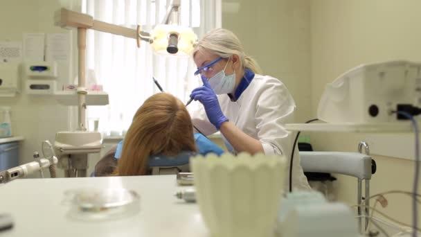 Mladá dívka zubař v práci v zubní ordinaci.