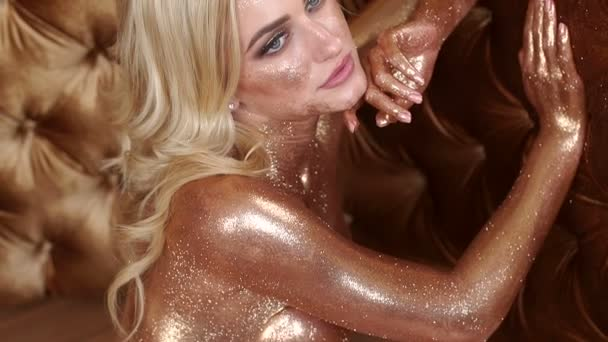 Sexy nahá dívka detail s zlaté lesklé kůže