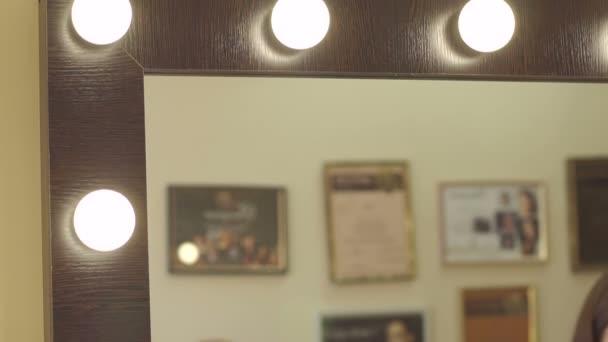 Krásné zrcadlo s lampami v salonu krásy.