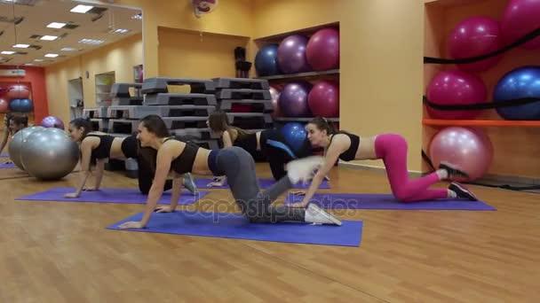 Skupina mladých žen, že cvičení pro nohy