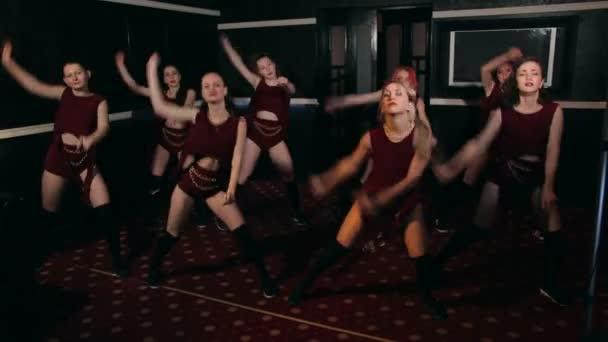 Osm sexy holky tancovat twerking v nočním klubu.