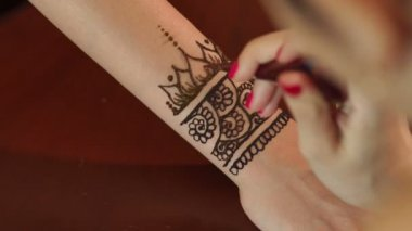 Mehndi Tattoo For Hand : Applying henna tattoo on a south indian bride tamil nadu . the lady