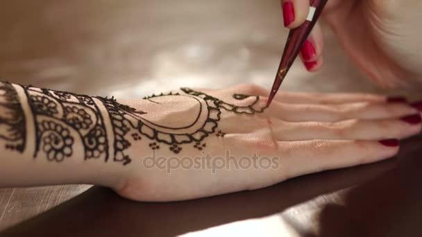 Detail samice ruce malovat mehendi na straně