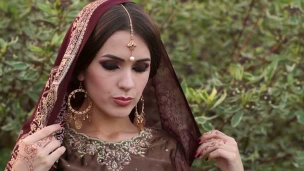 Porträt eines Mädchens in traditioneller indischer Kleidung.