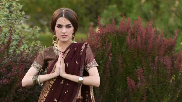 Wunderschöne indische Mädchen in Sari Kostüm in einem park.
