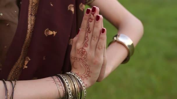 Nahaufnahme der Hände eines indischen Mädchens mit mehendi.