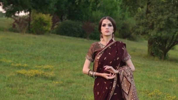 Porträt eines Mädchens in roter indischer Tracht
