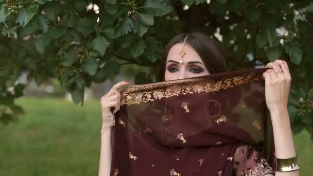 Porträt eines schönen indischen Mädchens im Park.