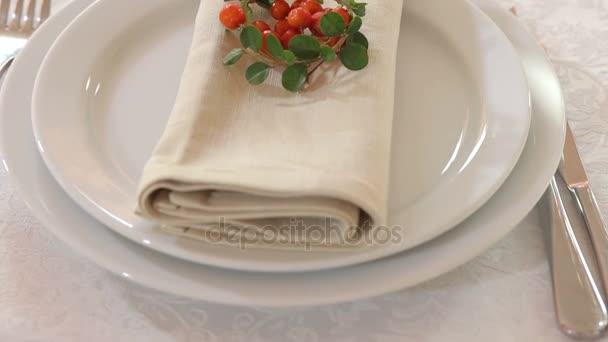 Talíř s ubrouskem a jeřabiny v restauraci