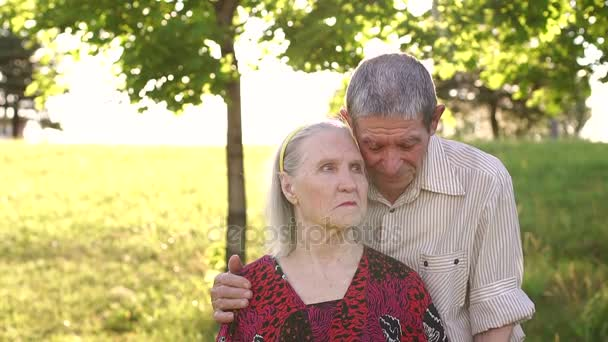 Portrét starých lidí osmdesát let v parku.