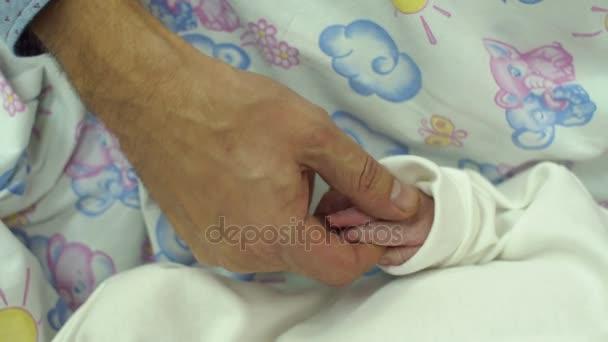 Novorozené děti ruku v ruce otec, detail