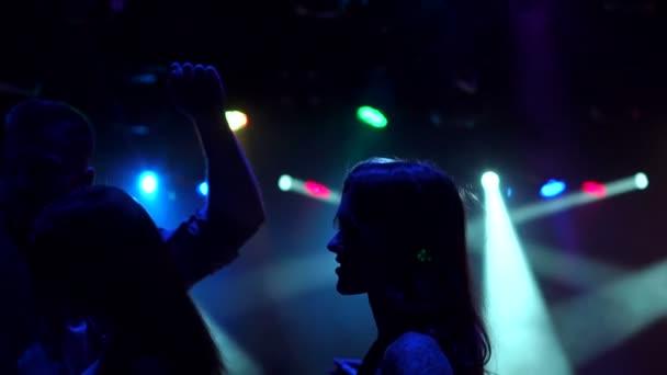 Baráti tánc egy partin. Sziluettjét.