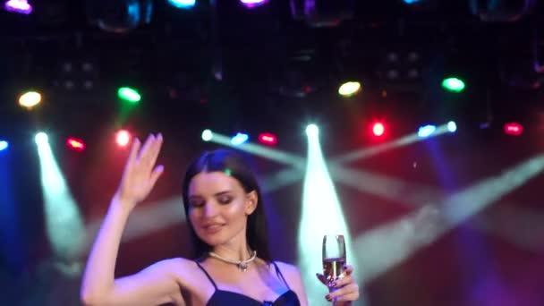 Lány-tánc partin világítás pezsgővel