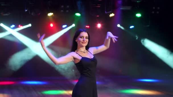 Szép lány egy partin, lassú tánc.