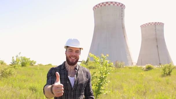Portrét úspěšné inženýra, ukazuje palec