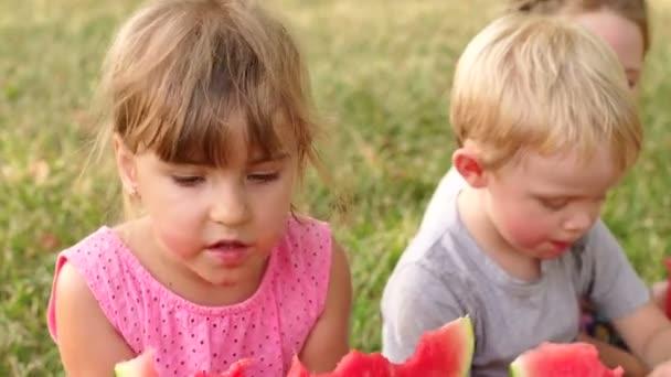 Skupina dětí venku jíst meloun