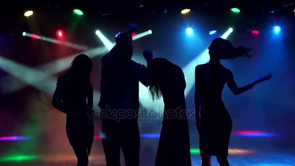 Sziluettjét a fiatalok egy partin tánc.