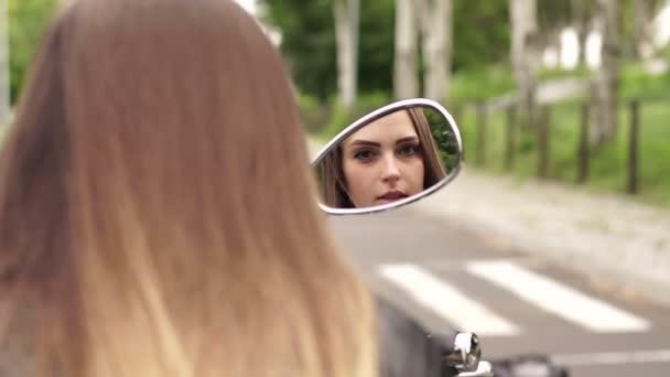 Mädchen-Reflektion im Spiegel des Motorrads.