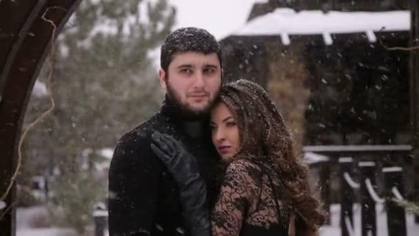 Braut in einem schwarzen Kleid. Gotische Hochzeit. Winter ...