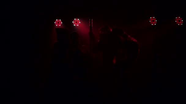 Gruppe sexy Mädchen tanzt in der Nähe einer Stange in einem Nachtclub