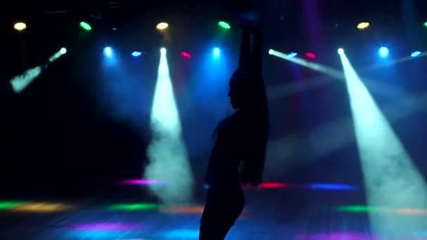 Silueta tanečnice v nočním klubu