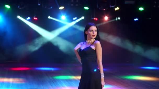Gyönyörű lány, háttérben a koncert világítás