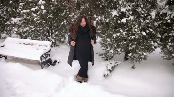 Těhotná žena drží její břicho v destinaci winter park