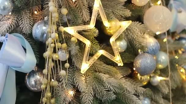 Zdobené vánoční stromeček s hvězdou. Pozadí.