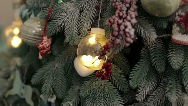 Díszített karácsonyfa fények és bogyók.