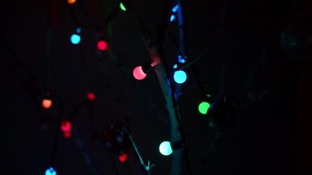 Vánoční světla nad tmavým pozadím. Bokeh