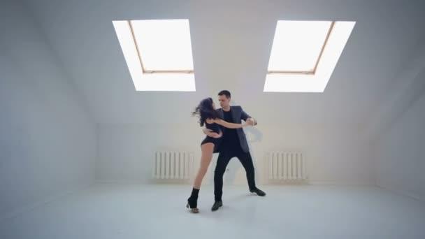 Fiatal pár, a salsa tánc a tánc terem
