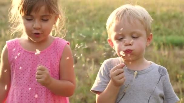 Dvě děti v létě vane na Pampeliška.