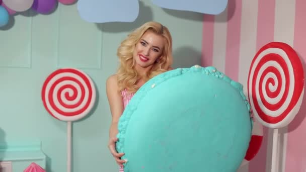Portrait of a Barbie girl with a huge marshmallow.