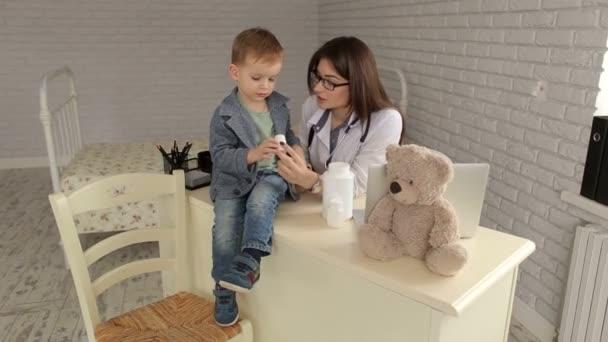 Pediatr dává malé dítě lahvičku pilulek